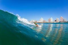 Acción Durban del agua de la muchacha de la persona que practica surf Fotos de archivo libres de regalías