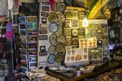 Acción en la exhibición en una tienda de souvenirs de Jerusalén imagenes de archivo