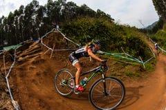 Acción femenina del ciclista de MTB Imagenes de archivo