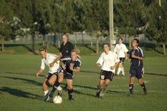 Acción femenina del fútbol de la universidad de primero y segundo año Imagen de archivo
