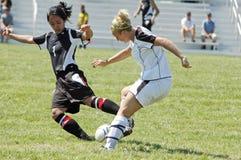 Acción femenina del fútbol de la universidad de primero y segundo año Foto de archivo libre de regalías
