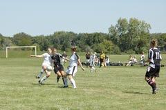Acción femenina del fútbol de la universidad de primero y segundo año Fotos de archivo libres de regalías