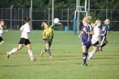 Acción femenina del fútbol de la universidad de primero y segundo año Imagenes de archivo
