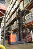 Acción móvil en un almacén con un camión del pasillo, vertical Imagen de archivo libre de regalías