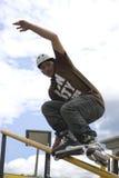 Acción patinadora en línea agresiva (de la barandilla) Fotos de archivo