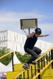 Acción patinadora en línea agresiva (de la barandilla) Imagenes de archivo