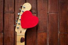Acción principal de la guitarra con el corazón rojo Imagen de archivo libre de regalías