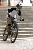 Acción que compite con de la bicicleta en declive Fotos de archivo libres de regalías