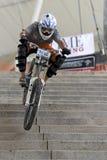 Acción que compite con de la bicicleta en declive Imagenes de archivo