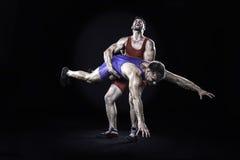 Acción que lanza del luchador del estilo libre aislada en fondo negro Imagen de archivo
