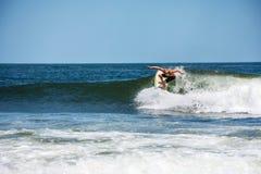 Acción que practica surf Belmar Imagen de archivo libre de regalías