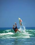 Acción que practica surf de la playa de Kuta Fotografía de archivo