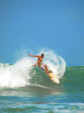 Acción que practica surf de la playa de Kuta Imagenes de archivo