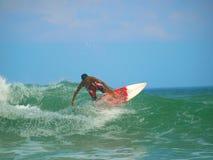 Acción que practica surf de la playa de Kuta Imagen de archivo libre de regalías