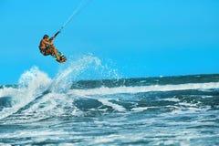 Acción recreativa de los deportes acuáticos Deporte del extremo de Kiteboarding Su Imagen de archivo libre de regalías