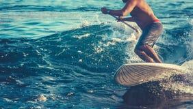 Acción retra tirada de persona que practica surf Fotos de archivo libres de regalías