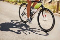Acción tirada de un ciclista que compite con Foto de archivo libre de regalías
