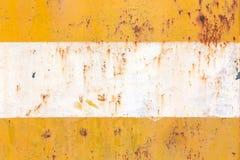 Acciaio arrugginito, nel colore giallo e bianco Immagini Stock