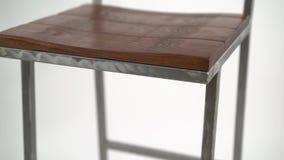Acciaio con la sedia di legno su fondo bianco sgabello da bar stock
