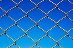 Acciaio della rete metallica sul fondo del cielo blu Immagini Stock Libere da Diritti