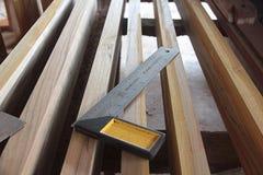 Acciaio di angolo o ferro di angolo alla fabbrica di legno tradizionale tailandese del mulino immagini stock