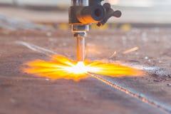 Acciaio di industria, scintille, lastra di taglio di gas del fuoco immagini stock