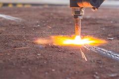 Acciaio di industria, scintille, lastra di taglio di gas del fuoco fotografie stock libere da diritti