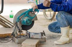Acciaio di taglio con la macchina per il taglio dell'acciaio dal lavoratore Immagine Stock