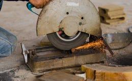 Acciaio di taglio con la macchina per il taglio dell'acciaio dal lavoratore Immagini Stock Libere da Diritti