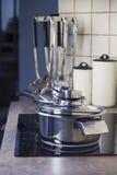Acciaio inossidabile che cucina vaso su una stufa e su un articolo da cucina Immagini Stock