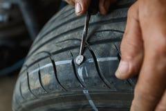 Accident avec le concept perforé de pneus image libre de droits