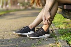 Accident courant de jambe de blessure Étroitement, touchi de coureur de femme de sport image stock