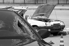 Accident d'accident de voiture sur la rue, automobiles endommagées après collision dans la ville Photos libres de droits