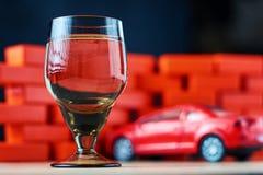 Accident d'accident de voiture de conduite en état d'ivresse Ne conduisez pas après concept de boissons Verre à liqueur et une vo photographie stock libre de droits