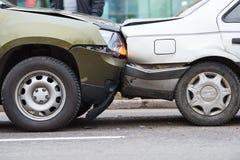 Accident d'accident de voiture sur la rue, automobiles endommagées après collision dans la ville photo stock