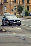 Accident d'accident de voiture sur une rue de ville, automobile endommagée après coll photo stock
