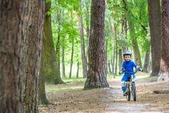 Accident de bicyclette Badine le concept de sécurité Garçon transportant son vélo pour réparer l'endroit Image stock