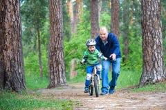 Accident de bicyclette Badine le concept de sécurité Garçon transportant son vélo pour réparer l'endroit Photo stock