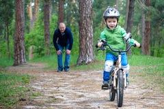 Accident de bicyclette Badine le concept de sécurité Garçon transportant son vélo pour réparer l'endroit Images libres de droits