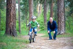 Accident de bicyclette Badine le concept de sécurité Garçon transportant son vélo pour réparer l'endroit Photo libre de droits