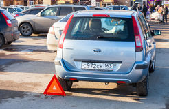 Accident de deux véhicules à l'entrée d'hypermarché Images libres de droits