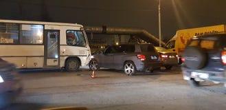 Accident de la route avec un autobus et une voiture sur la route photographie stock