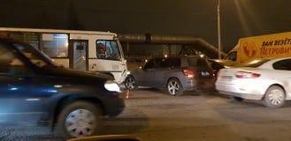 Accident de la route avec un autobus et une voiture sur la route image libre de droits