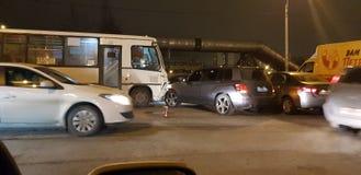 Accident de la route avec un autobus et une voiture sur la route photo stock