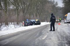 Accident de la route - le policier dirige la circulation Image libre de droits