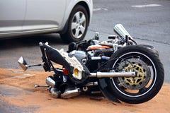 Accident de motocyclette sur la rue de ville Photographie stock libre de droits
