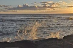 Accident de vague de coucher du soleil Image stock