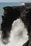 Accident de vagues dans la voûte volcanique Photo stock