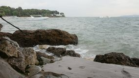 Accident de vagues de mer contre la roche banque de vidéos