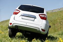 Accident de voiture compacte de renversement Voiture écrasée blanche dans le fossé de route de montagne en Californie, Etats-Unis photographie stock